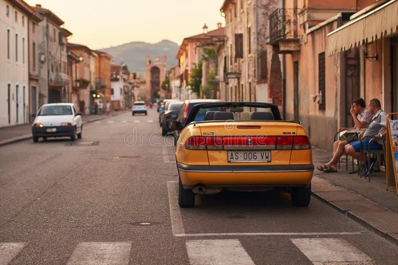 Żółty SAAB 900S kabrioletu samochód parkujący na ulicie Soave, Włochy fotografia stock