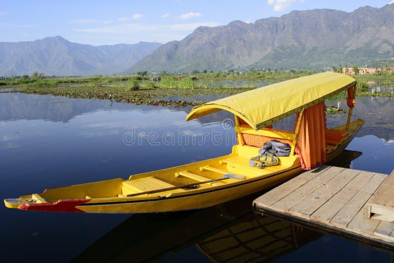 Żółty Shikara w Dal jeziorze Srinagar fotografia stock