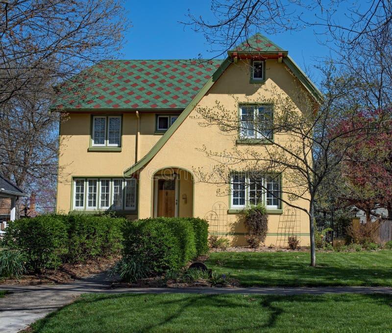 Żółty stiuku dom z patchworku dachem zdjęcia royalty free