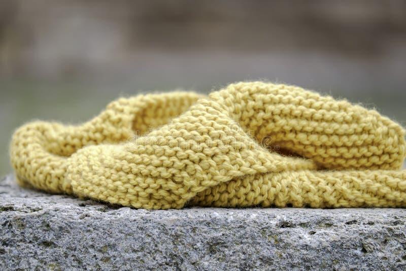 Żółty szalik na kamiennym zamknięciu 2 obraz stock