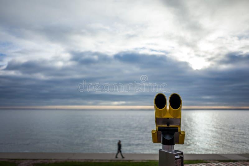 Żółty teleskop przy południową plażą w Wilhelmshaven, Niemcy zdjęcia stock