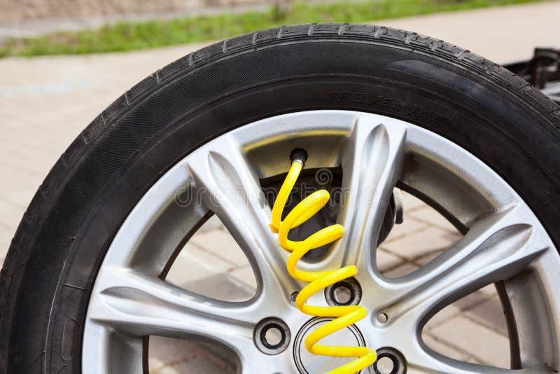 Żółty wąż elastyczny łączący klapy sedno opony inflator, nadyma spieszonego samochodowego koło po naprawy z wydmuszysko łatami fotografia stock