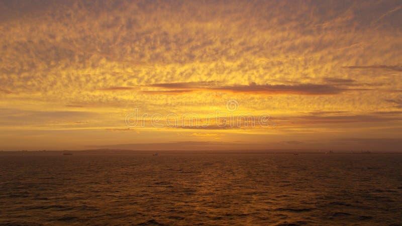 Żółty złoto chmurnieje na wszystkie niebie podczas zmierzchu obraz stock