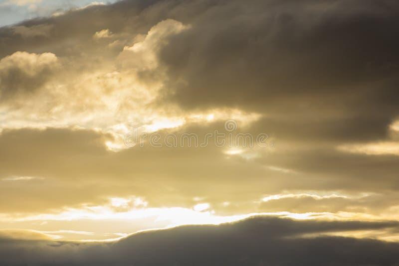żółty zachód słońca między czarnymi chmurami zdjęcia stock