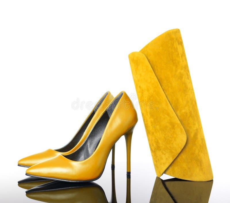Żółtych szpilek kobiety śpiczaści buty i torebka obraz royalty free