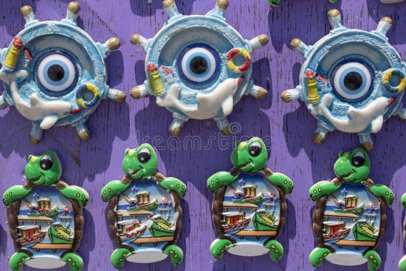 Żółwia i statku ster w pamiątkarskim sklepie Tam jest obrazek delfin na statku wzorze zdjęcia royalty free