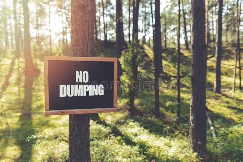 żadny dampingu znaka obwieszenie na drzewie w lesie fotografia stock