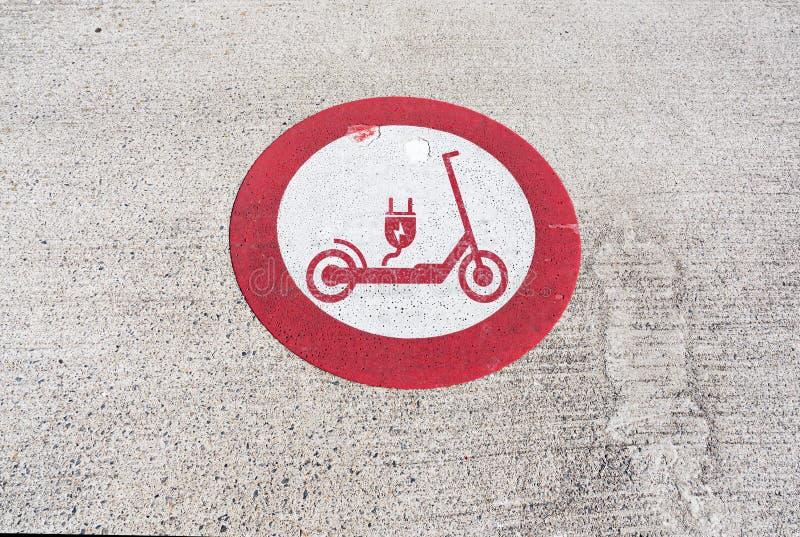 Żadny elektryczne hulajnogi pozwolili prohibicja znaka na bruku zdjęcie stock