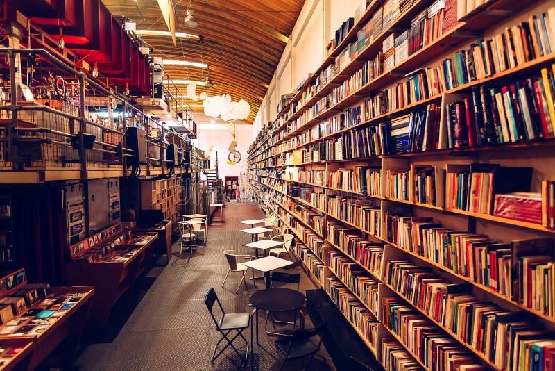 Żadny klienci wśrodku bookstore z nowymi powieściami, sztuk książkami, magazynami i wysokimi półkami na książki, zdjęcia stock