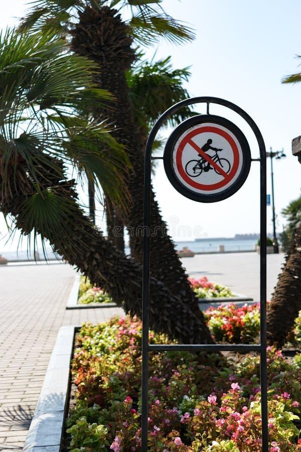 Żadny kolarstwo znak z trawą i kwiaty parkujemy tło obraz royalty free