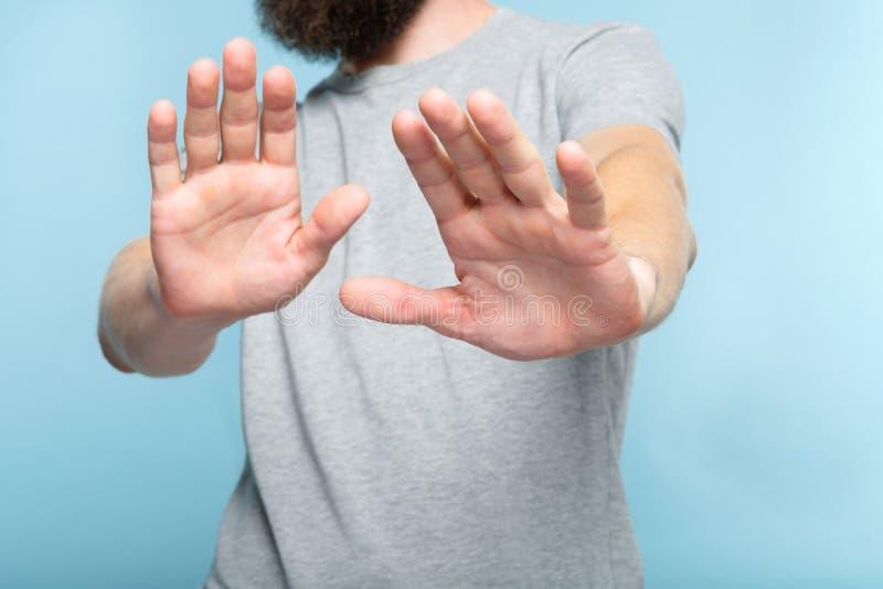 Żadny odrzucenie odmowa mężczyzna ręk palmy pchają daleko od zdjęcia stock