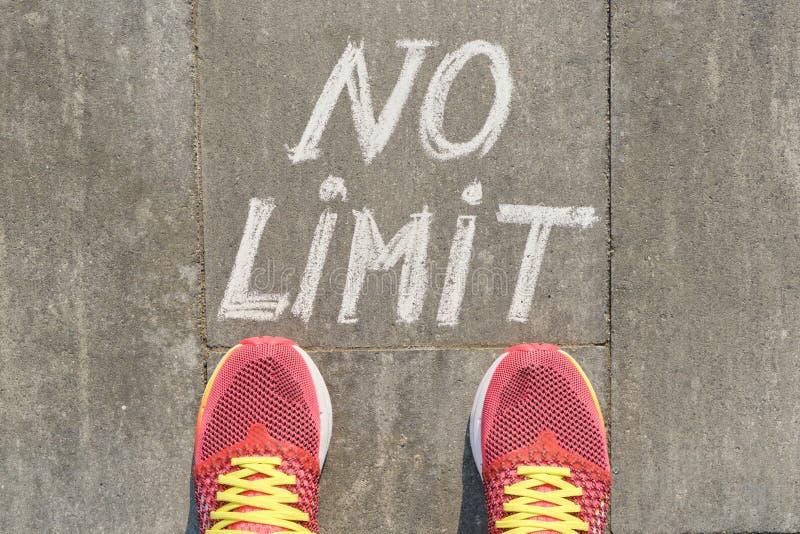 Żadny ograniczenie tekst na szarym chodniczku z kobietą iść na piechotę w sneakers, odgórny widok zdjęcie royalty free