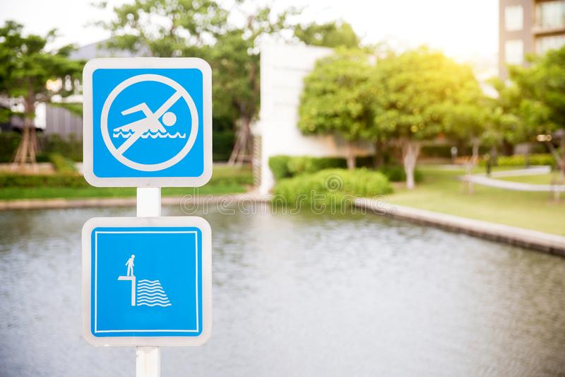 Żadny pływacki znak - niebezpieczeństwo płytka woda więcej mojego portfolio znak podpisuje ostrzeżenie obraz stock