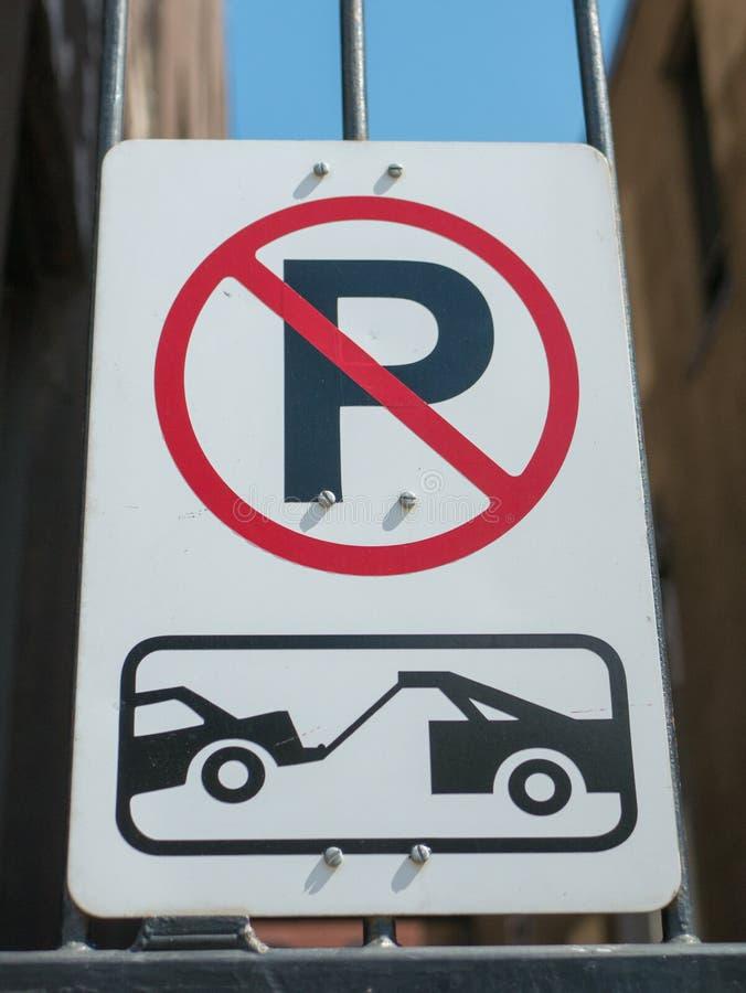 Żadny parking i holować strefa znaka obraz stock