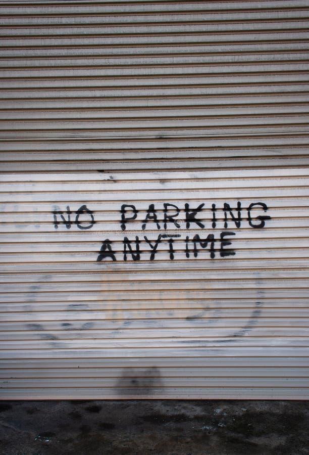 Żadny parking malujący na garażu drzwi fotografia royalty free