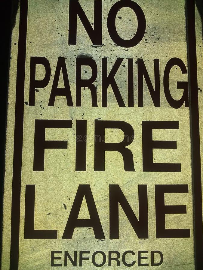Żadny parking pożarniczego pas ruchu narzucony czarny i biały fotografia stock