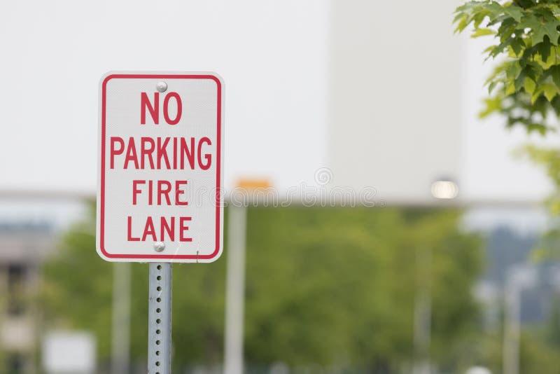 Żadny parking pożarniczego pasa ruchu znak zamknięty przed mostem obraz royalty free