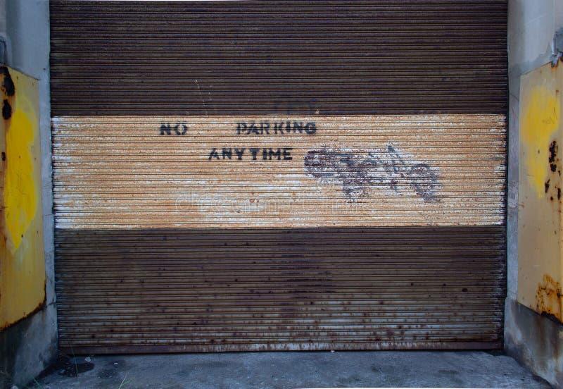 Żadny parking znak matrycujący na garażu drzwi zdjęcia stock