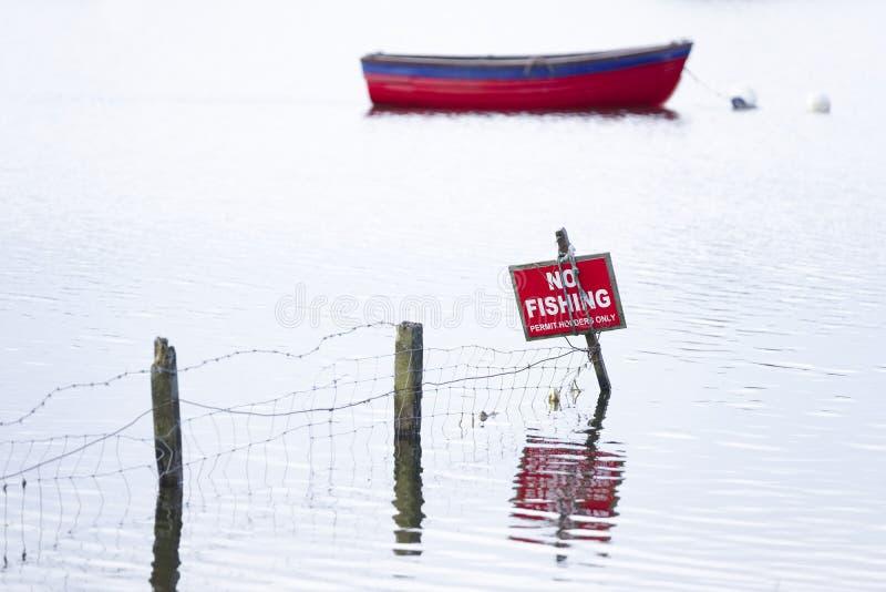 Żadny połowu znak z łodzią w tle na wodnym jeziorze fotografia stock