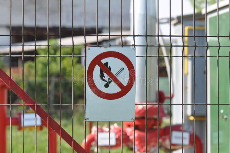 Żadny pożarniczy znak przy gaz naturalny stacją obraz stock