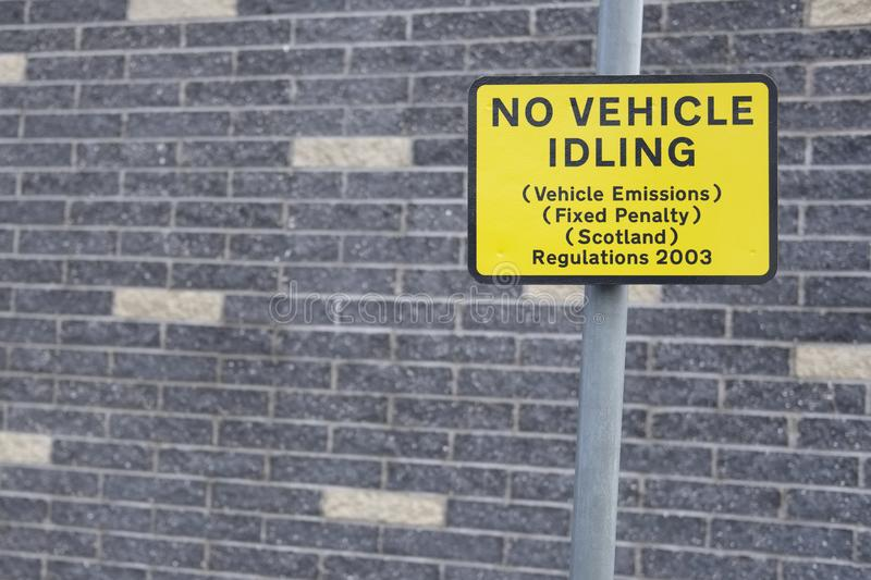 Żadny pojazd próżnuje znaka zmniejszać pojazd emisje na drogowej ulicie załatwiał kara przepisy Szkocja obrazy stock