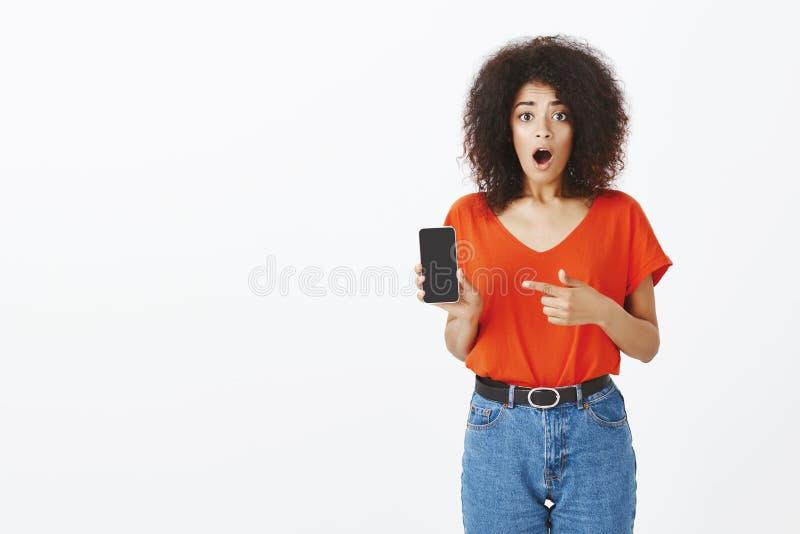 Żadny sposób, ciebie widzieć ten telefon Portret szokująca i imponująca atrakcyjna z włosami kobieta w modnym stroju zdjęcia stock