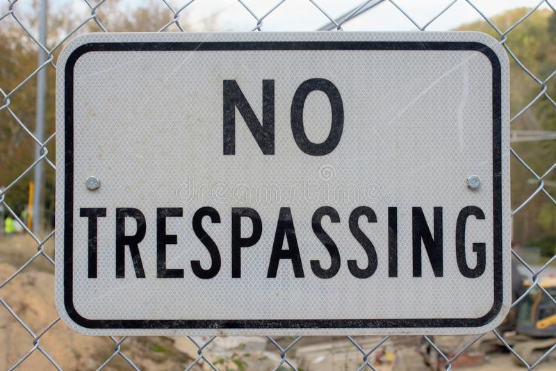Żadny Trespassing Szyldowy budowa teren obrazy stock