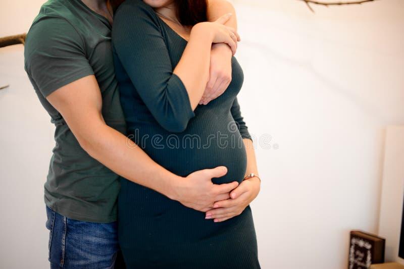 Żadny twarz portret mężczyzna przytulenia kobieta w ciąży obrazy royalty free