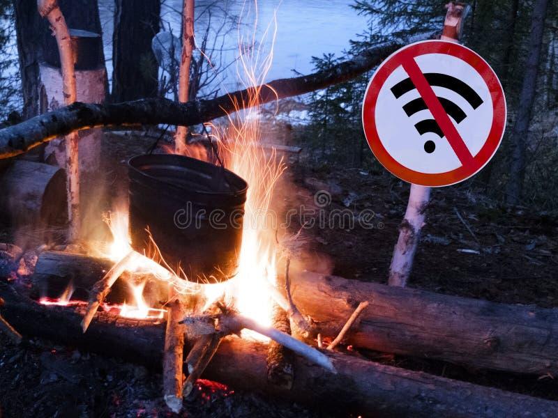 Żadny wifi znak blisko garnka na plaży i ogienia cyfrowy detox pojęcie, przerwa od technologii i obraz royalty free