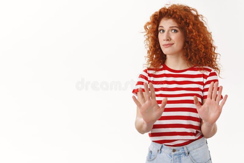 Żadny wp8lywy zdala od ja Nieradej niewygodnej rudzielec dziewczyny przepustki podwyżki atrakcyjne ręki zatrzymują odrzucenie ges zdjęcie royalty free