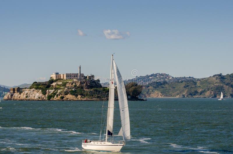 Żagiel łódź przy San Francisco zatoką na Alcatraz wyspy tle zdjęcia royalty free