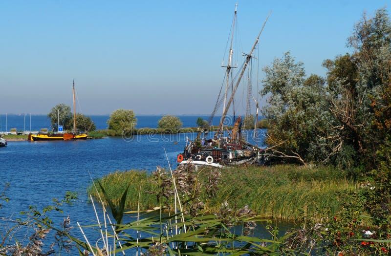 Żagiel łodzi stojaki cumowali blisko rzecznego deptaka Muiden fotografia royalty free