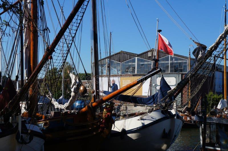 Żagiel łodzi stojaki cumowali blisko rzecznego deptaka Muiden zdjęcia stock