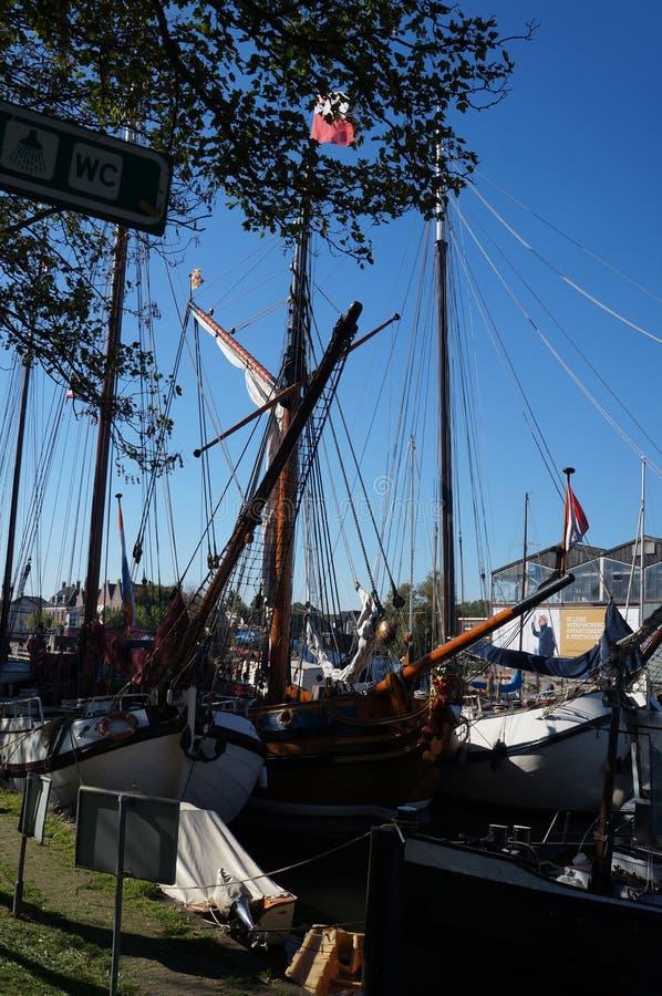 Żagiel łodzi stojaki cumowali blisko rzecznego deptaka Muiden zdjęcia royalty free