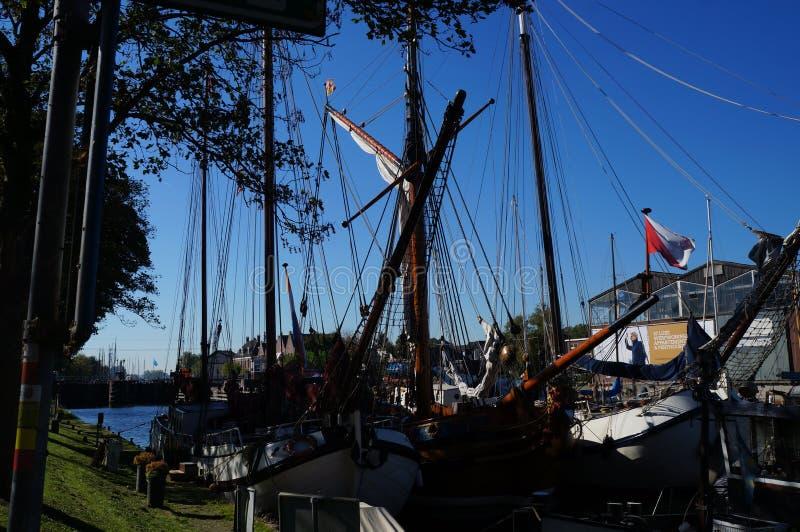 Żagiel łodzi stojaki cumowali blisko rzecznego deptaka Muiden zdjęcie royalty free