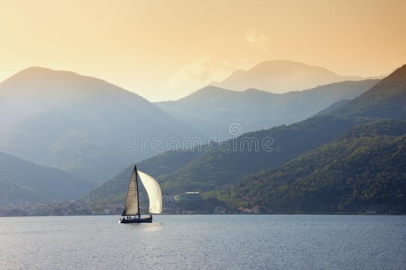 Żaglówka żegluje blisko brzeg zatoka Kotor Montenegro samochodowej miasta pojęcia Dublin mapy mała podróż fotografia stock