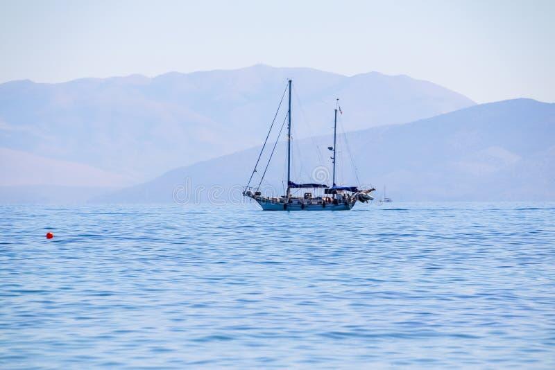 Żaglówka w jasnej pogodnej pogodzie na spokojnych morzach dryftowego morza Śródziemnego połowów tuńczyka morski netto katya lata  fotografia stock