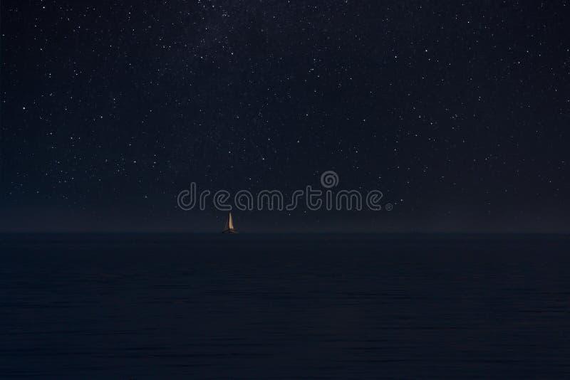 Żaglówka w nocy niezmierności zdjęcia royalty free