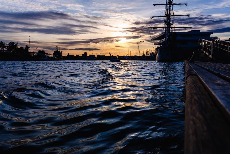 Żaglówka zadokowana w porcie z pięknym zachodem słońca zdjęcia royalty free