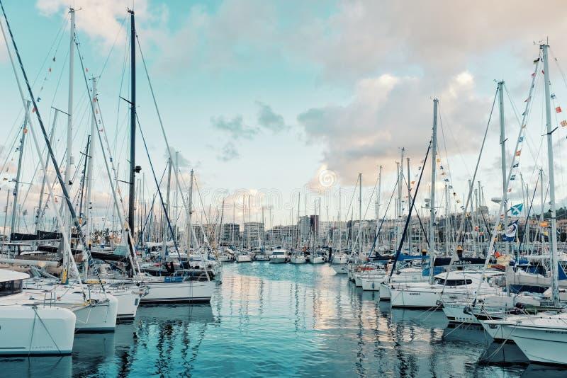 żaglówki cumowali w górę czekania na pontonowych właśnie dniach przed łuku 2018 żeglowania regatta początków atlantyckim skrzyżow obraz royalty free