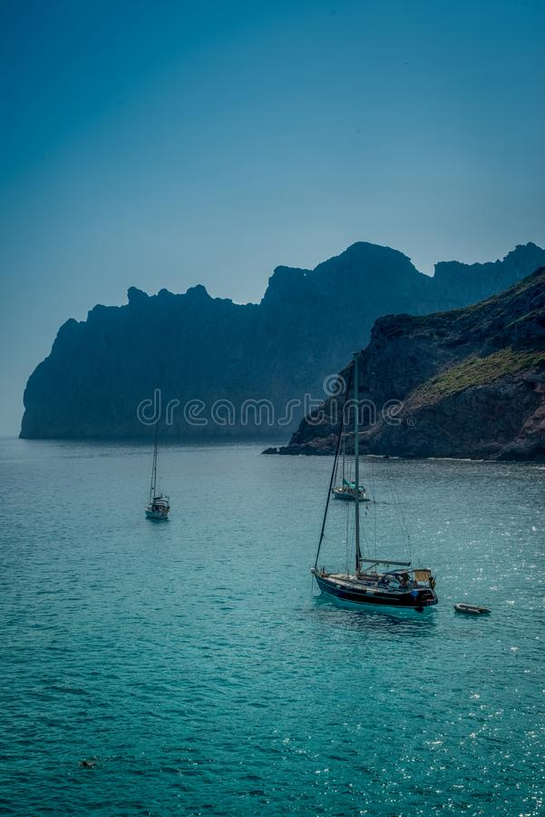 Żaglówki na Turkusowym morzu śródziemnomorskim z wybrzeża Ma obraz stock