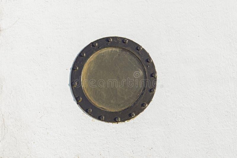 Żaglówki porthole w białej grunge metalu ścianie obrazy stock