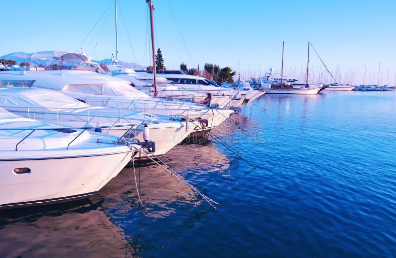 Żaglówki przy Alimos schronieniem Attica Grecja - błękitny godzina krajobraz fotografia stock