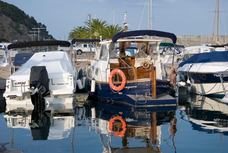 Żaglówki schronienie, wiele piękni cumujący żagli jachty w porcie morskim, lato wakacje spok?j obraz stock