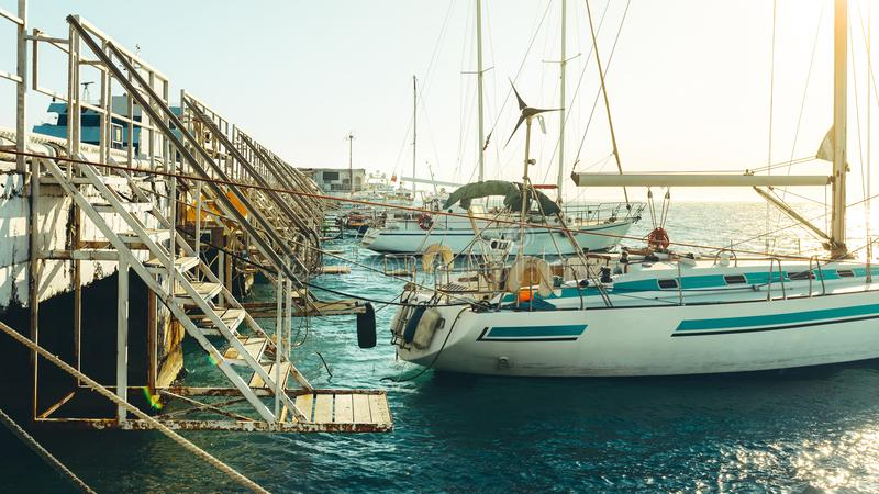 Żagli jachty Przy molem W Pogodnej pogodzie W Marina zdjęcia royalty free
