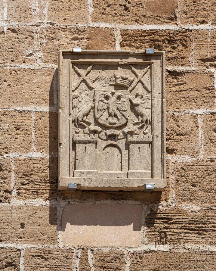 Żakiet ręki na ściennym fortecy w starym średniowiecznym miasteczku Alcudia, Mallorca obrazy royalty free