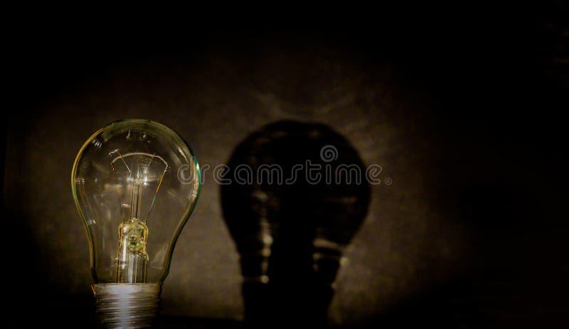 Żarówka, biznesowy pomysłu pojęcie Żarówka na czarnym tle umieszczać tekst lub ilustrację Żarówka jest symbolem ilustracji