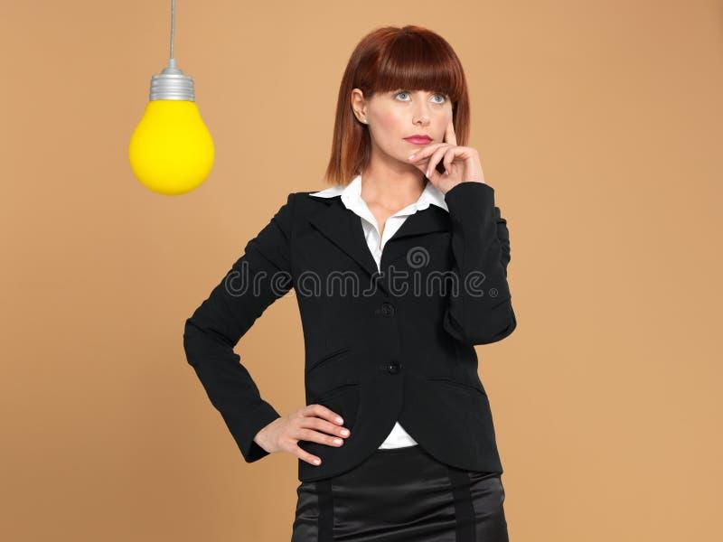 żarówki bizneswomanu światła myślący potomstwa zdjęcie stock