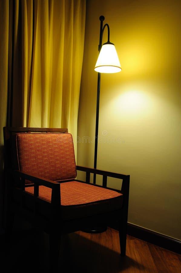 żarówki krzesła ciemny lampowy pokój fotografia stock