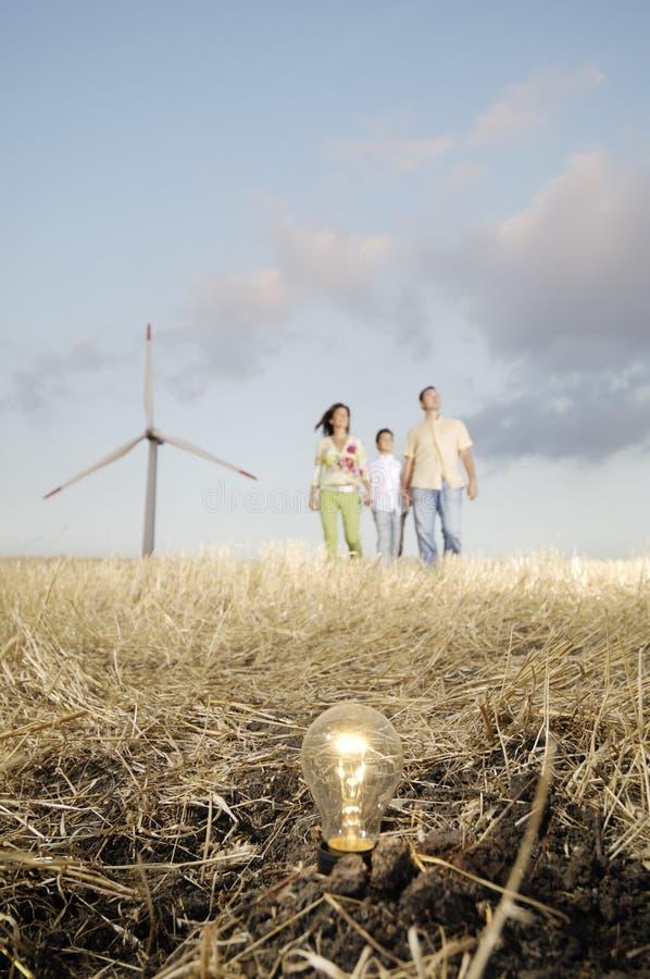 żarówki rodzinny ziemi światła turbina wiatr fotografia stock